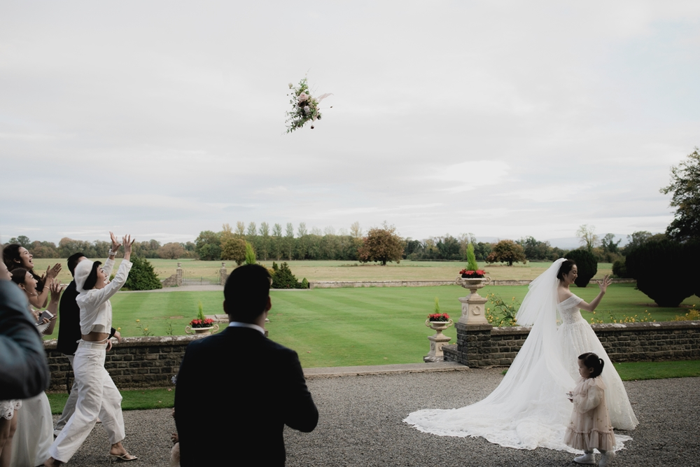 bouquet toss at luttrellstown castle